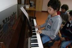 Con el piano de la sala de música