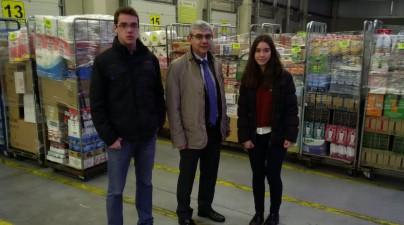 Dos alumnos con Daniel Posadas, Delegado de Castilla y  León de  del grupo Gadisa